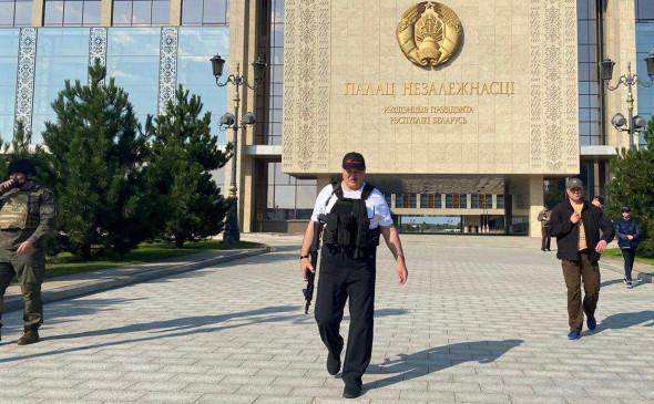 Лукашенко с автоматом и в бронежилете у Дворца независимости. Фото: Пул Первого