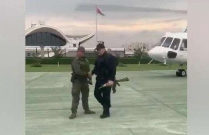 Александр Лукашенко с автоматом АКС-74У без магазина после выхода из вертолета на крыше Дворца независимости 23 августа 2020 года. Скриншот из видео