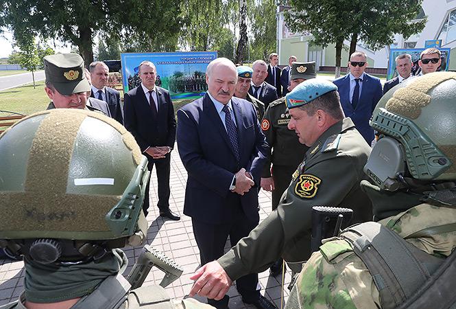 Александр Лукашенко 24 июля 2020 года во время визита в 5-ю отдельную бригаду специального назначения в Марьиной Горке. Фото: пресс-служба президента Беларуси