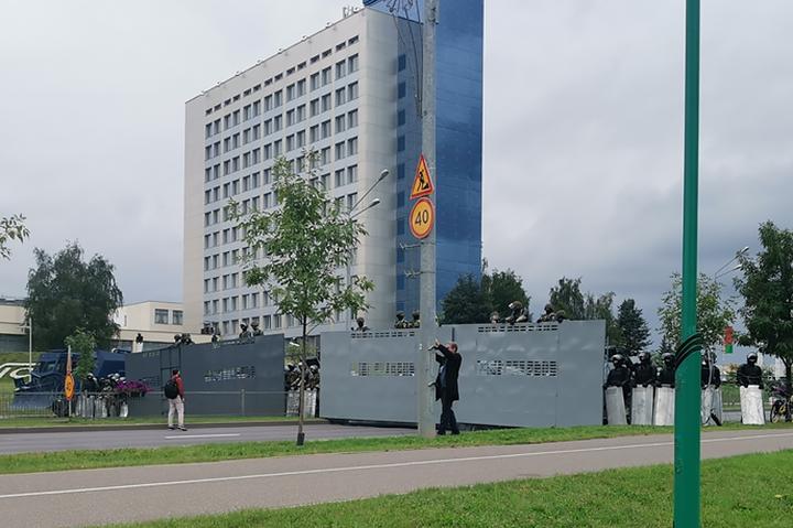 """Машины заграждения на базе ПТРК """"Конкурс"""" у Дворца независимости 30 августа 2020 года. Как они называются, когда и кем сделаны - до сих пор неизвестно"""