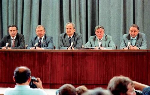 Члены ГКЧП во время пресс-конференции. В центре министр внутренних дел СССР Б.Пуго, справа от него вице-президент Янаев. Фото: wikipedia.org