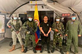 Солдаты охраняют Дайро Усугу в наручниках. Фото: Вооруженные силы Колумбии / Reuters