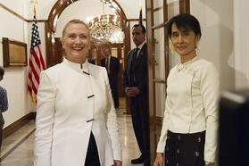 Аун Сан Су Чжи на встрече с Госсекретарём США Хиллари Клинтон. 2011 год. Фото: wikipedia.org