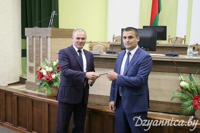 Председатель райисполкома вручает удостоверение Дмитрию Кривецкому. Фото: dzyannica.by