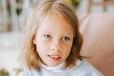 10-летней Инессе Колоницкой изВитебска надо попасть наважный курс реабилитации. Помочь девочке внаших силах