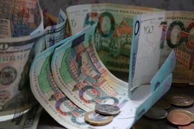На торгах 23июля белорусский рубль снова укрепился кдоллару иевро