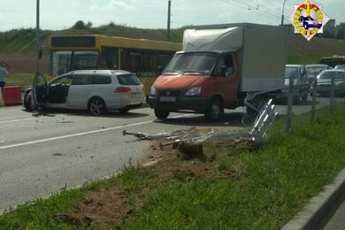 В МинскеVW снес ограждение ивылетел навстречку. Предварительно, водителю стало плохо зарулем