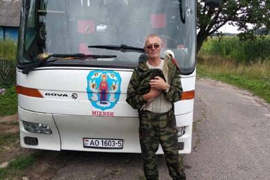 Белорус подобрал больного аиста ипытается его спасти. Мужчина просит помочь ему вэтом