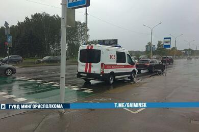 В столице Mercedes сбил велосипедиста, который назеленый ехал повелосипедной дорожке