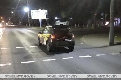 В Гомеле Renault сбил 18-летнюю девушку. Она вреанимации