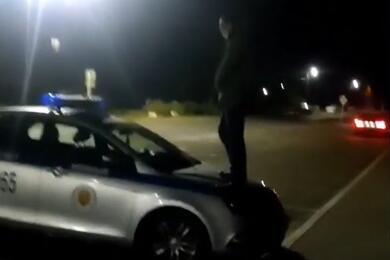 В Брестском районе мужчина залез накапот милицейского авто ипомочился налобовое стекло