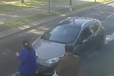 Видеофакт. ВМинске легковушка сбила женщину, которая выходила изтрамвая