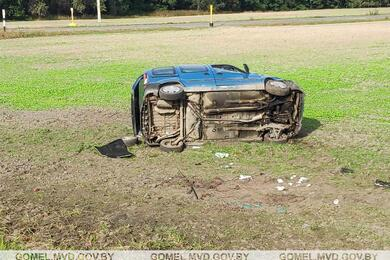 В Житковичском районе Renault вылетел вкювет инесколько раз перевернулся