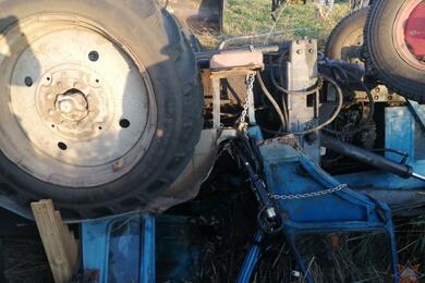 В Октябрьском районе перевернулся трактор— потребовалась помощь спасателей
