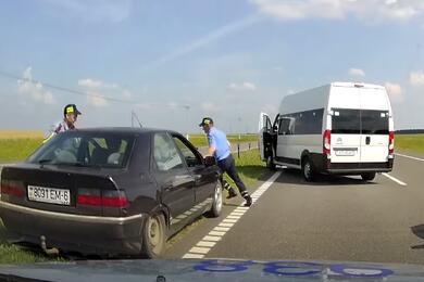 Видеофакт. Водитель микроавтобуса помог ГАИ задержать пьяного угонщика наCitroen
