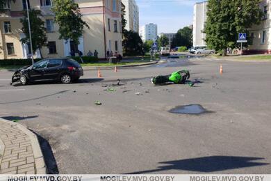 Легковушка имотоцикл столкнулись вБобруйске— пострадал байкер