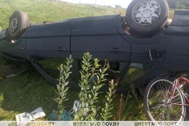В Лунинецком районе пьяный бесправник наVW вылетел вкювет— погибла пассажирка