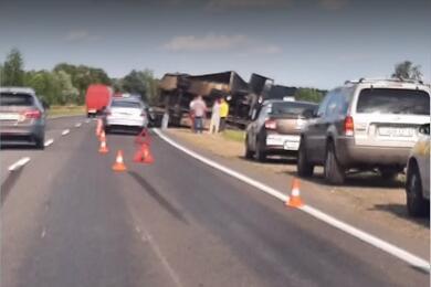 В Бобруйске перевернулся грузовик. Водитель пытался уйти отстолкновения скосулей
