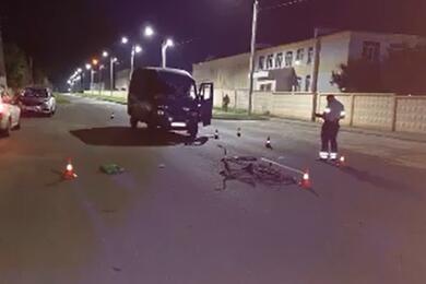 Видеофакт. ВОсиповичах микроавтобус сбил пьяного пешехода, который шел посередине дороги