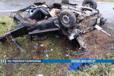 В Сморгонском районе легковушка после столкновения смикроавтобусом превратилась вгруду металла