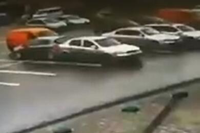 Видеофакт. Настоянке вГродно пьяный водитель перепутал передачи ивлетел вприпаркованное авто