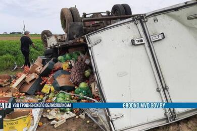 Под Гродно перевернулся фургон совощами ифруктами— пострадал пассажир