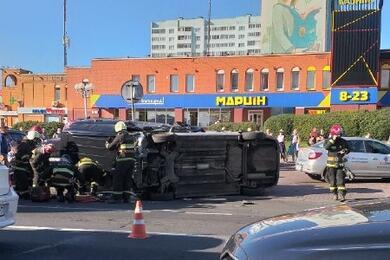 Жесткая авария наулице Притыцкого вМинске: перевернулись два авто, пострадали оба водителя