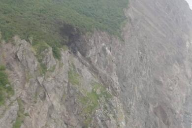 Место крушения Ан-26 наКамчатке. Темное пятно— место удара самолета осопку. Фото: vesti.ru