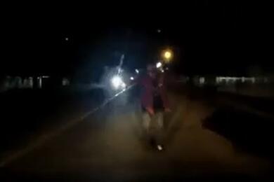 В Осиповичах пьяный мужчина внезапно выбежал надорогу ипопал под колеса авто. Видео наезда
