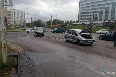 Два Citroen столкнулись вМинске, один изних опрокинулся
