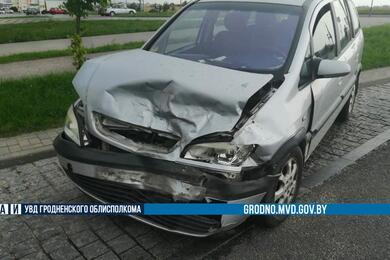В Гродно наперекрестке столкнулись Audi иOpel— пострадали два человека