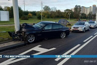 В Минске BMW влетел встолб. Водитель сместа происшествия убежал
