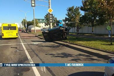 «Жигули» вылетели запределы дороги иперевернулись после столкновения савтобусом вМинске
