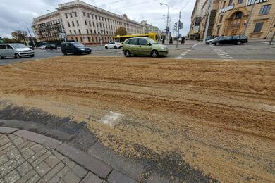 В центре Минска грузовик засыпал дорогу жмыхом