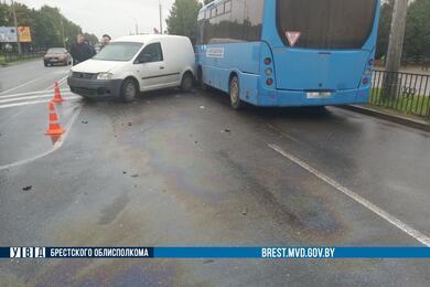Три автомобиля иавтобус столкнулись вКобрине. Видео аварии