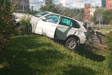 В Минске автомобиль снес шлагбаум, врезался вдругое авто иповис нахолме