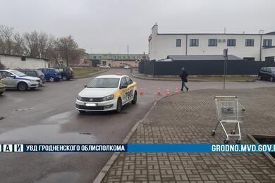 В Лиде водитель Volkswagen резко поехал задним ходом исбил женщину. Видео аварии