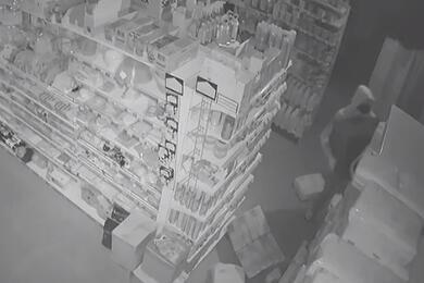 В Пуховичском районе заночь обворовали два магазина