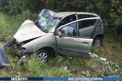 Под Ивацевичами Renault вылетел вкювет иперевернулся. Предварительно, водитель уснул зарулем