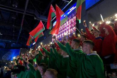 На хоккейном матче, где играл Лукашенко, зрители натрибуне были водежде цвета госфлага