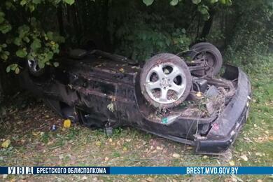 Под Дрогичином Mercedes перевернулся накрышу— пострадали два человека
