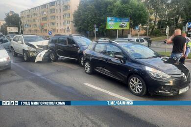 В Минске пьяная бесправница наLexus протаранила два Renault