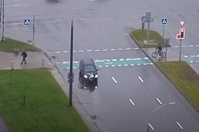 Видеофакт. ВБресте легковушка сбила ипереехала велосипедиста