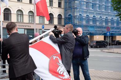 Эдгарс Ринкевичс меняет флаг 24 мая 2021 года. Фото: twitter.com/edgarsrinkevics