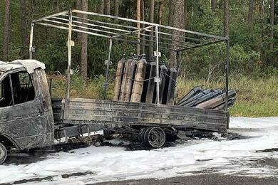 На трассе М1 сгорел грузовик скислородными баллонами