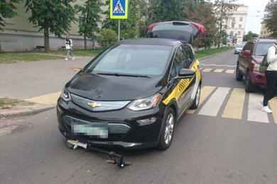 В Минске легковушка сбила женщину, которая насамокате ехала попешеходному переходу