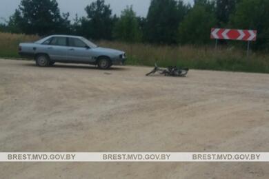 В Каменце 11-летний водитель мопеда врезался вAudi. Ониего 5-летний пассажир получили травмы