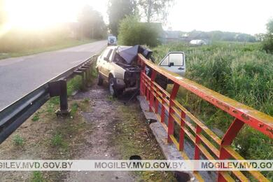 В Быховском районе Volkswagen влетел вограждение моста— пострадали два человека