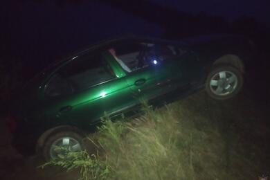 «Машина укатилась, явнутри, можете помочь?»: посмотрите, как спасатели доставали повисшее над обрывом авто