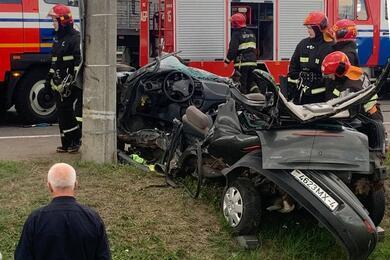 На МКАД— серьезное ДТП: автомобиль «смяло» после столкновения состолбом, водитель погибла